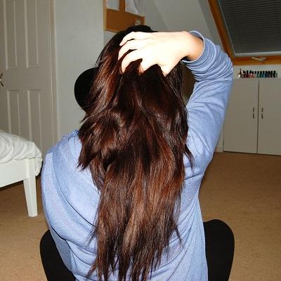 appliquer l'huile de ricin pour vos cheveux et vos cheveux poussent bien